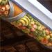 Detall ampliat de la motllura de guix penjada del sostre, on s'aprecien les fruites i colors.