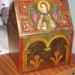 Caixa de fusta daurada i pintada amb motius romànics.