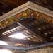Restauració d'una motllura de guix, original de la casa, amb fruites pintades de colors i envellida amb una pàtina.